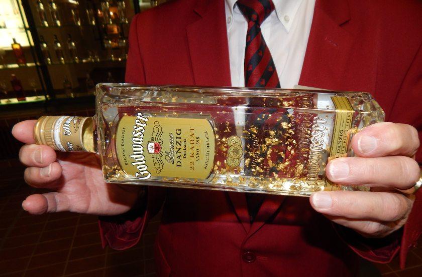 Eine Flasche Danziger Goldwasser mit Blattgold