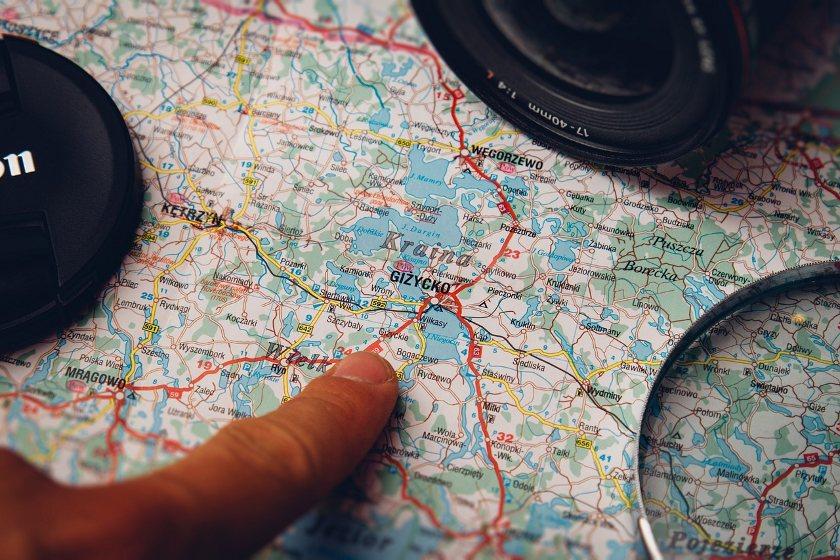 Das Reisegen Reisen mit dem Finger auf der Landkarte