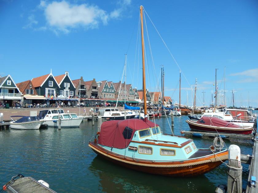 Am Hafen von Volendam liegen die Boote.
