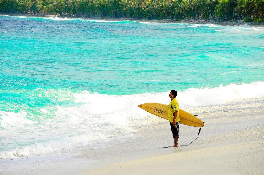 Surfer auf der Suche nach der Welle