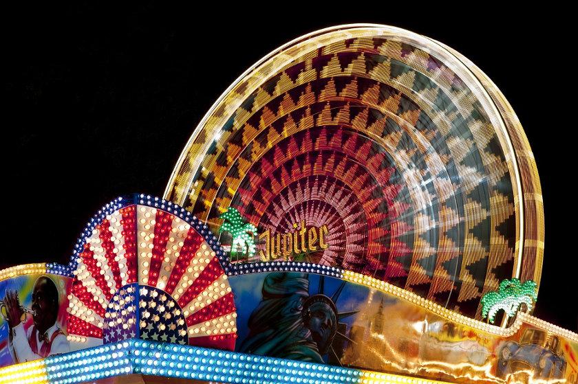Das leuchtende Riesenrad am Abend beim Wurstmarkt in Bad Dürkheim.