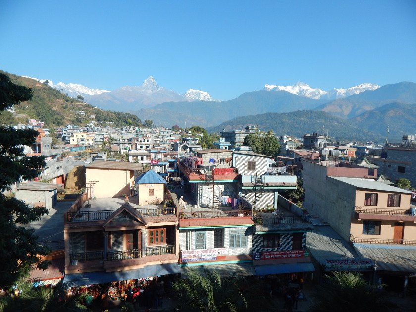 Pokhara in Nepal mit dem Himalaya.
