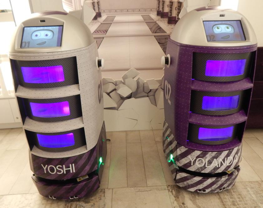 Die beiden Roboter im Yotel in Singapur.