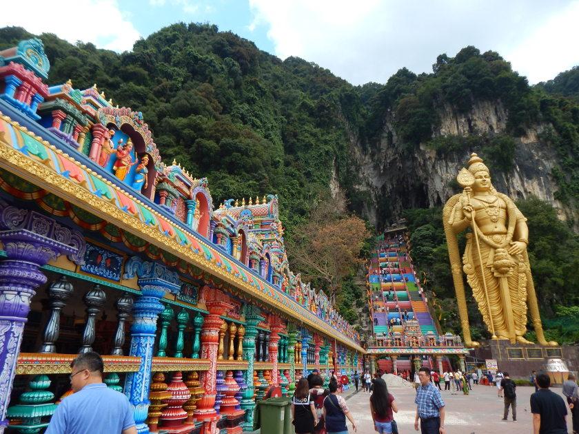 Die Batu Caves bei Kuala Lumpur in Malaysia sind für ihre bunten Treppen und die goldene Statue berühmt.