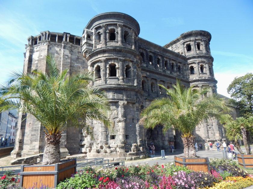 Die dunkle Porta Nigra in Trier, Sehenswürdigkeiten in Trier