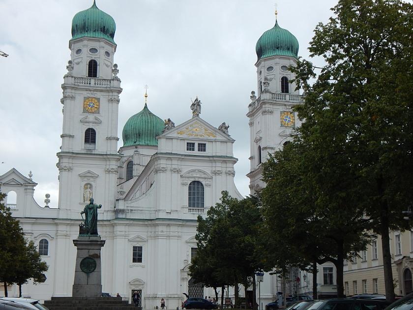 Sehenswürdigkeiten in Passau wie der berühmte Dom in der Altstadt.