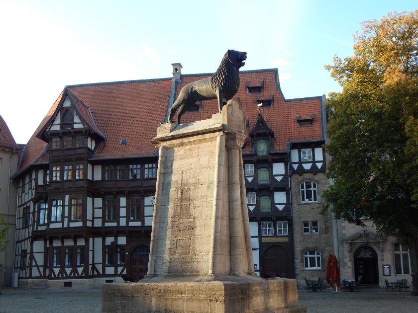 Löwenstadt Braunschweig, Rathausplatz mit Löwenstatue und Fachwerkhaus